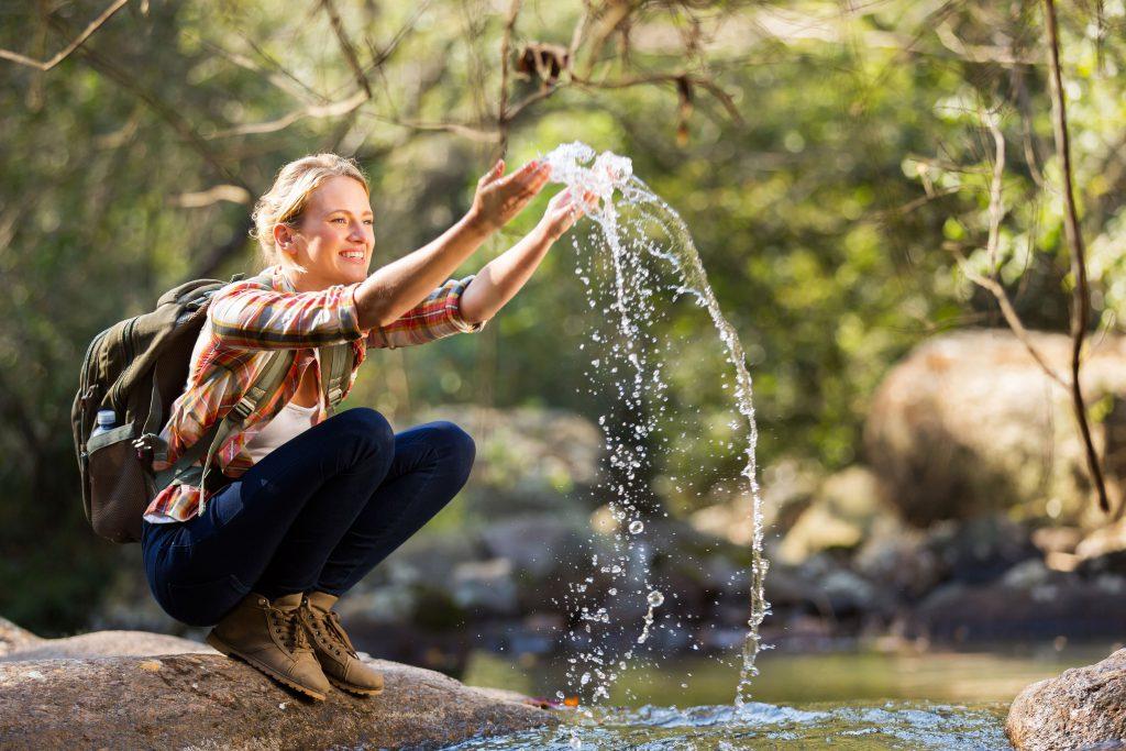 personne qui s'amuse avec eau